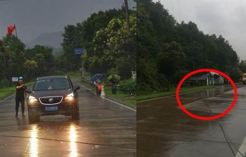 英雄無處不在!暴雨中,這個男人拼命揮舞手中竹竿,單身阻擋「千軍萬馬」過危險路段